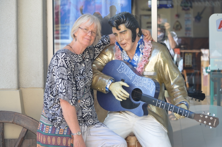 Narda duets with Elvis at the Aloha Tower